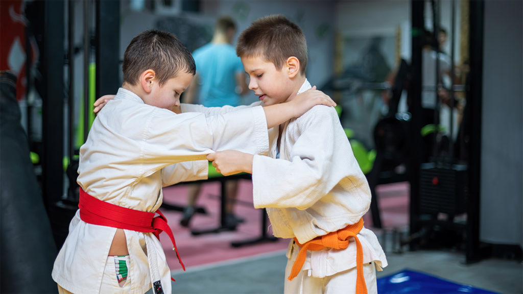 2 enfants en plein entraînement avec leur judogi