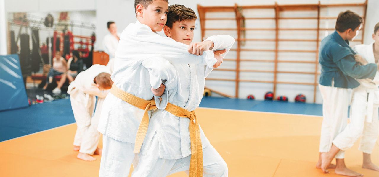 Enfants s'entraînant au Judo avec un kimono