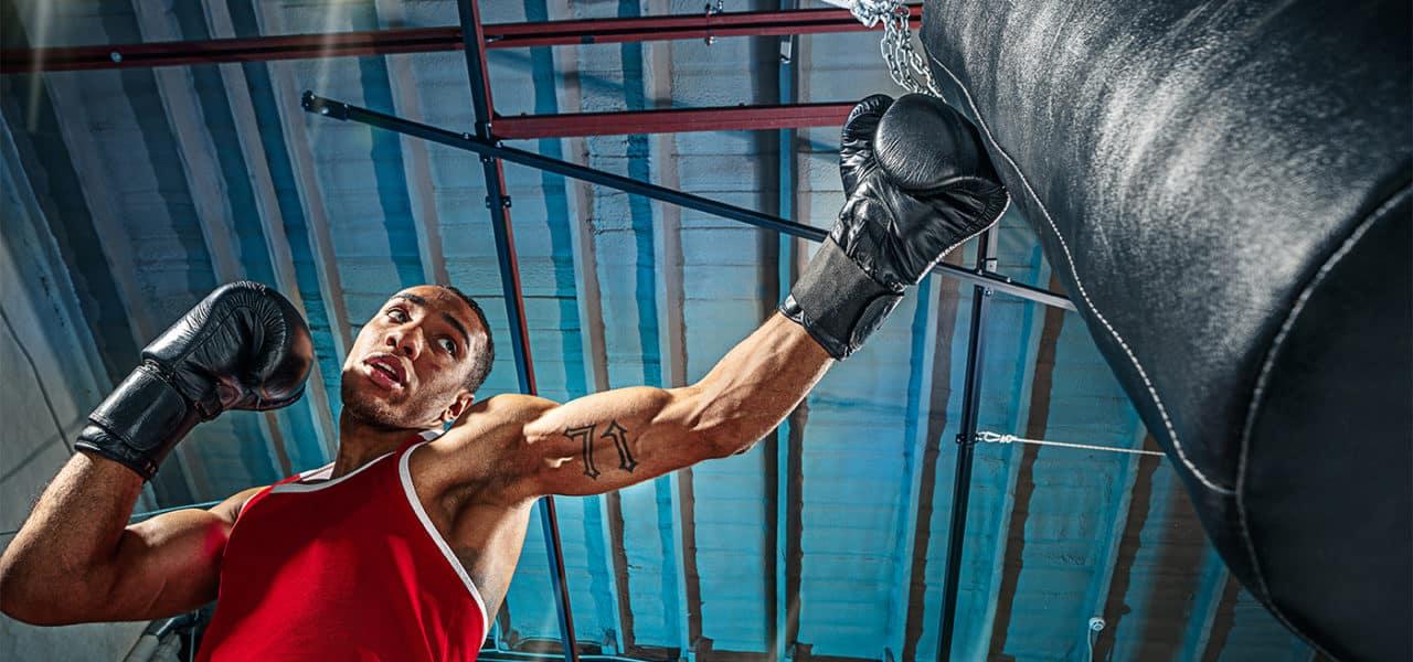 Pratique de la boxe avec un sac de frappe