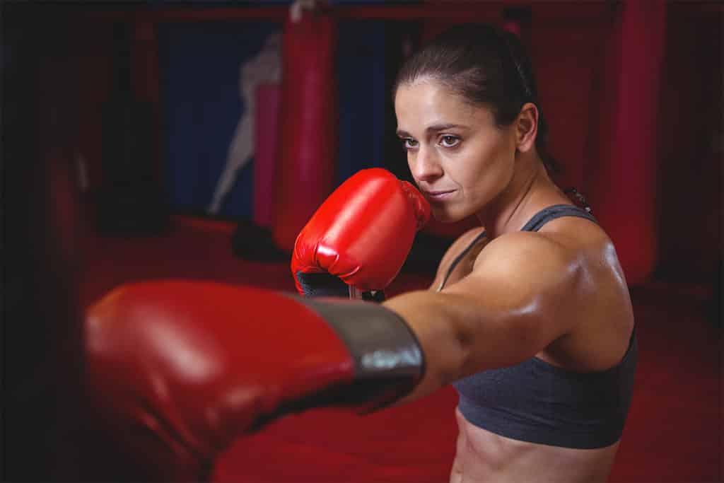 Entraînement de boxe avec un sac de frappe suspendu